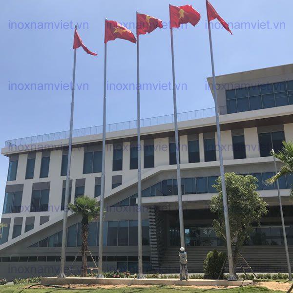 Thi công lắp dựng các cột cờ inox – Hòa Phát Dung Quất